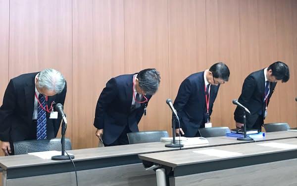 投信の不適切販売について謝罪するゆうちょ銀行と日本郵便の幹部