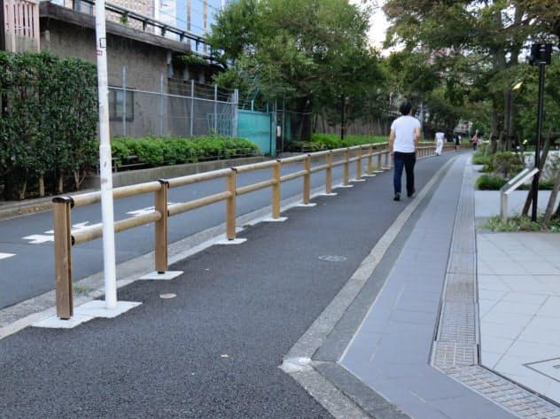 東京都森林組合が手掛けた多摩産材製ガードレール(東京・新宿)