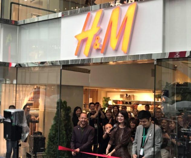 H&Mのオープニングテープカットではモデルのマギー(右から2人目)らが参加