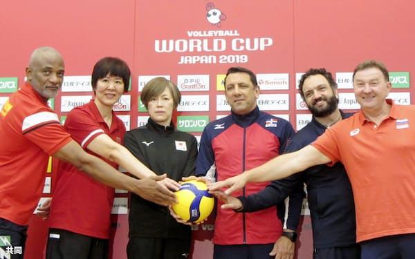 バレーボール女子W杯開幕を前に記者会見し、写真撮影に応じる日本の中田久美監督(中央左)ら(13日、横浜アリーナ)=共同