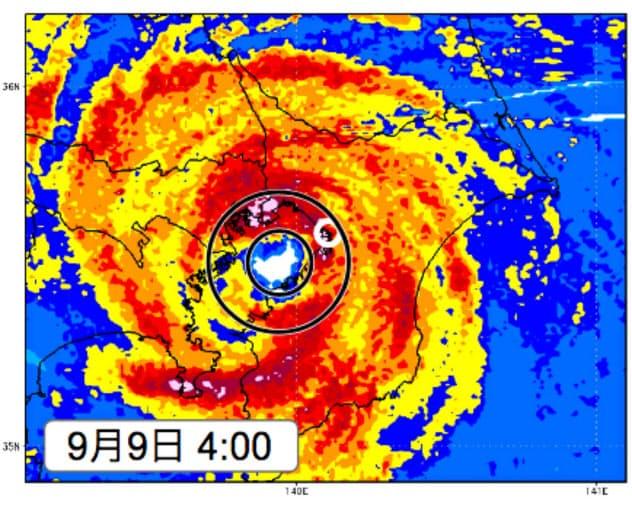 上陸直前の台風15号。目を取り巻く発達した壁雲の下で暴風となった(9月9日午前4時、丸印は千葉市。ウェザーニューズ提供)