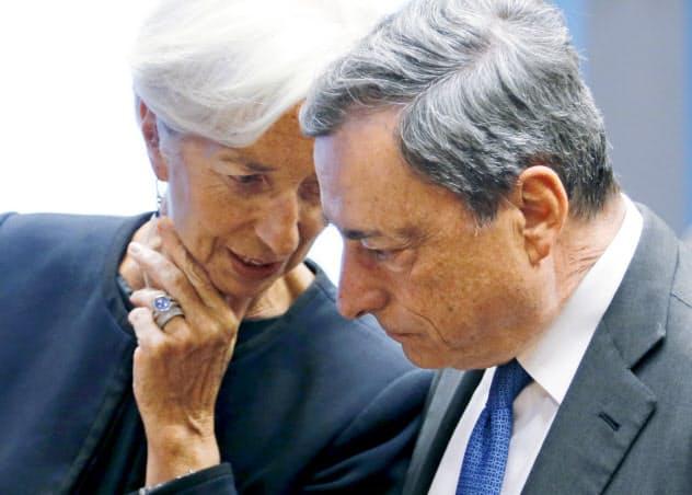 金融緩和を決めたECBのドラギ総裁(右)と、次期総裁のラガルド氏=ロイター