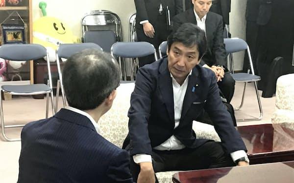 福島県知事と面会する菅原一秀経済産業相(13日、福島市)