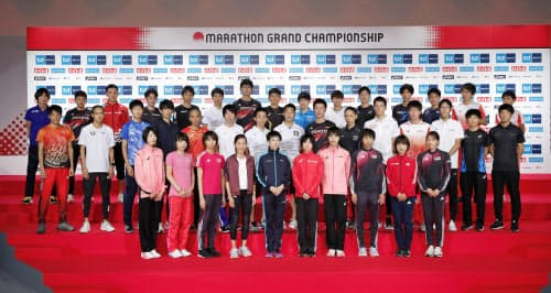 東京五輪のマラソン日本代表選考レース「グランドチャンピオンシップ」(MGC)を前に、記者会見で記念写真に納まる出場の全40選手(13日、東京都新宿区)=共同