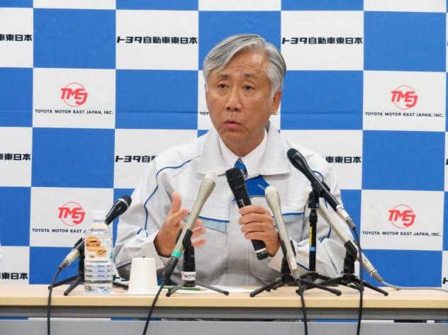 記者の質問に答える、次期トヨタ自動車東日本社長の宮内一公氏(13日、宮城県大衡村)