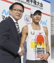 瀬古利彦氏(左)をトップに据えた日本陸連の抜本的な改革の下、大迫傑(右)らが台頭してきた(2017年12月)=共同