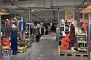 新品の洋服や雑貨を定価の5~7割安で販売する(&Bridgeの店内)