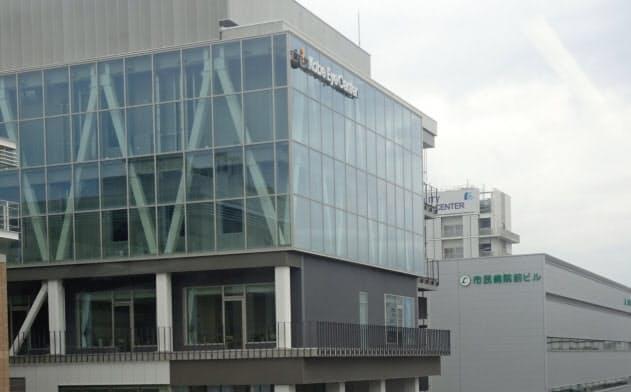 高橋氏が社長に就いたビジョンケアは神戸アイセンター(手前)の中にある