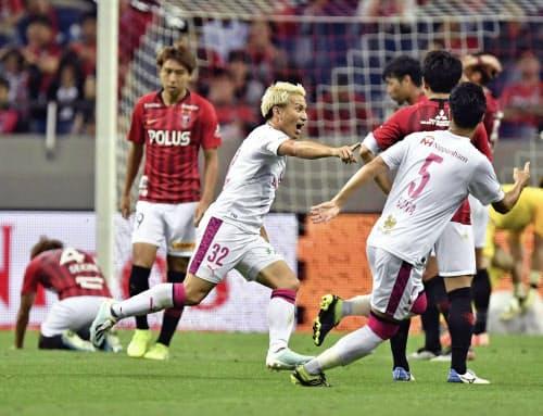 浦和―C大阪の後半、決勝ゴールを決め、駆けだすC大阪・田中=中央(13日、埼玉スタジアム)=共同