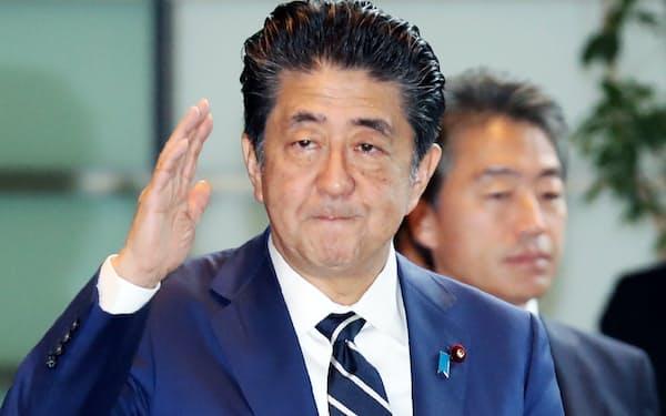 首相官邸に入る安倍首相(13日午前)
