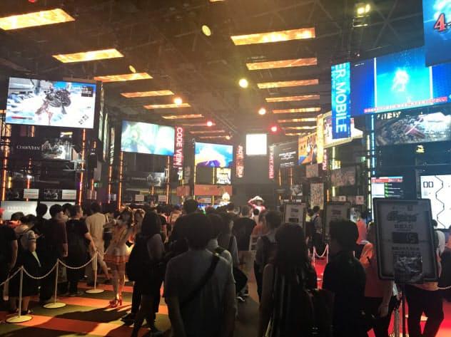 バンダイナムコエンターテインメントのブースでは8タイトルの試遊コーナーに人だかりができた(13日、千葉市)