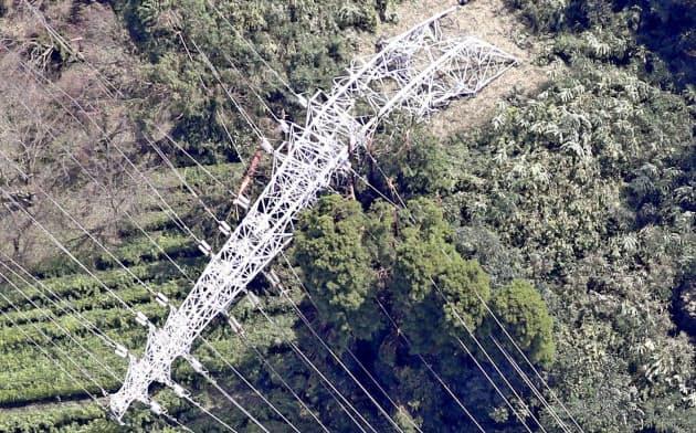 台風15号の影響で倒れた鉄塔(9日、千葉県君津市)