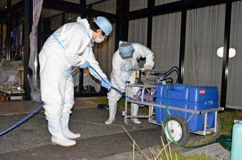 豚コレラに感染した豚が飼育されていた埼玉県秩父市にある養豚場の近くで、防疫作業の準備をする関係者(13日)