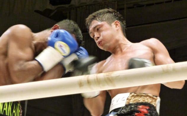 再起戦でTKO勝ちした前WBOスーパーフェザー級王者の伊藤雅雪(13日、後楽園ホール)=共同