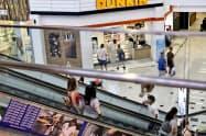 米消費者態度指数は9月前半、大きく落ち込んだ前月からわずかに回復した(米カリフォルニア州のショッピングモール)=AP