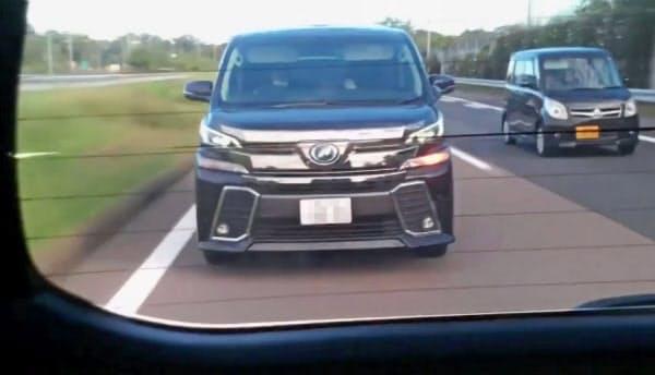 8日、あおり運転をしてエアガンのようなものを発射したワゴン車(愛知県内の東名高速道路、被害者男性提供、ナンバープレートを画像加工しています)=共同