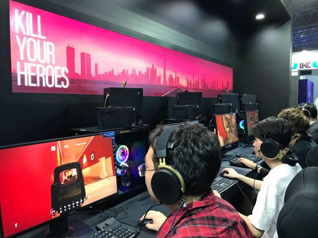オンキヨーは新ブランドを立ち上げ、ゲーム用のヘッドホンを開発(千葉市のゲームショウ会場)