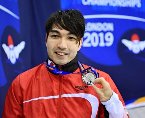男子50メートル自由形(運動機能障害S4)で銀メダルを獲得し、笑顔を見せる鈴木孝幸(13日、ロンドン)=共同