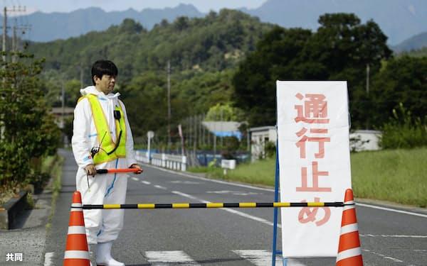 豚コレラの感染が確認された養豚場の近くで、通行止めになった道路(14日午前、埼玉県秩父市)=共同