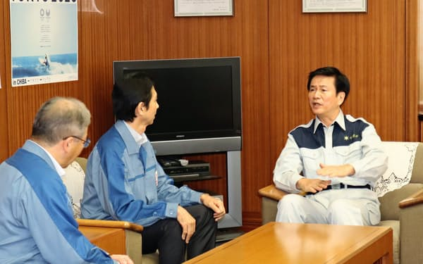 停電の早期復旧を要請する森田健作知事(右)(14日、千葉県庁)