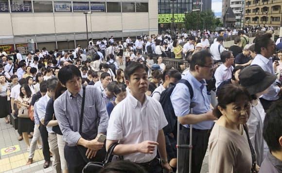 運転が再開された後も入場規制が行われ、JR三鷹駅の外まであふれた人たち(9日午前、東京都三鷹市)=共同