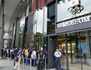 五輪博物館「日本オリンピックミュージアム」で入館を待つ人たち(14日午前、東京都新宿区)=共同