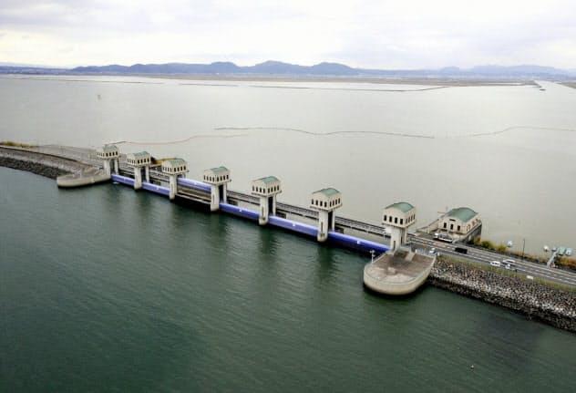 開門するか否か論争が続く水門(2010年12月、長崎県諫早市)