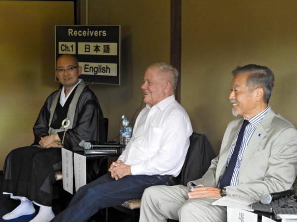 著名投資家のジム・ロジャーズ氏は堀場厚・堀場製作所会長らと京都・二条城でパネルディスカッションを行った。