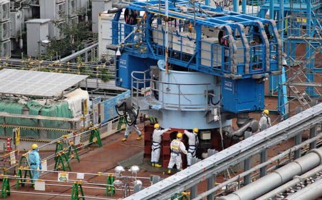 東京電力福島第1原子力発電所1.2号機の排気筒解体作業(9月1日、東京電力提供)