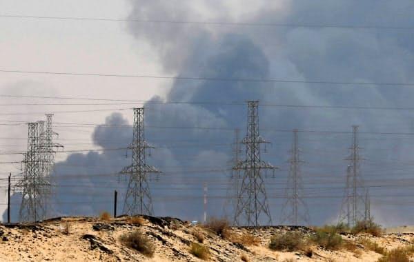 14日、サウジアラムコの石油施設から煙が上がった=ロイター