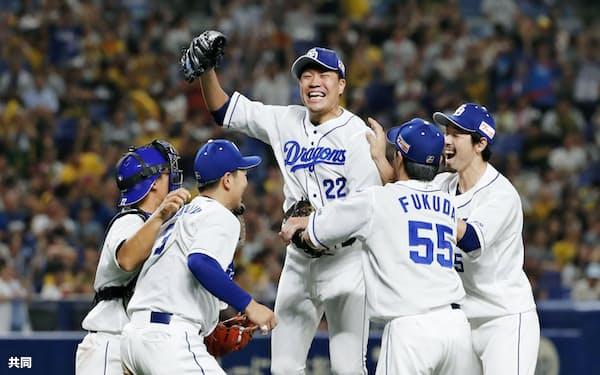 阪神戦でプロ野球史上81人目となるノーヒットノーランを達成し、チームメートから祝福される中日・大野雄大投手=中央(14日、ナゴヤドーム)=共同