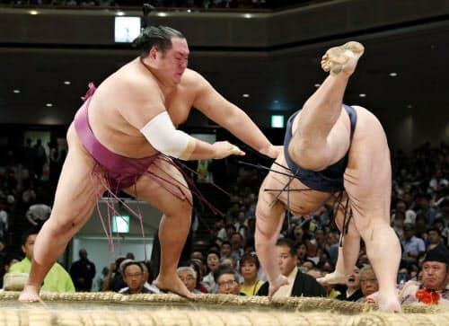 友風(左)がはたき込みで鶴竜を破る(14日、両国国技館)=共同