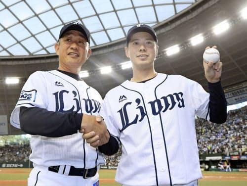 辻監督(左)と握手を交わすプロ初勝利を挙げた西武・国場(14日、メットライフドーム)=共同