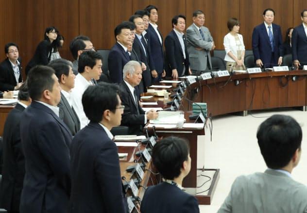 衆参両院の憲法審査会は近年、ほとんど開かれていない。