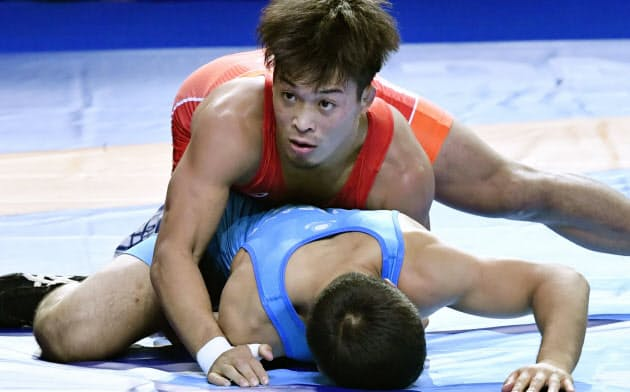 男子グレコローマン63キロ級準決勝 カザフスタンのケビスパエフ(下)を攻める太田忍(14日、ヌルスルタン)=共同