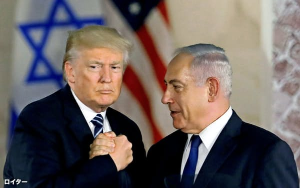 イスラエルのネタニヤフ首相(右)はトランプ米大統領との緊密な関係を政権の成果として訴えている=ロイター