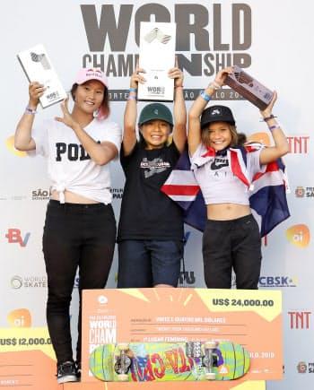 女子パークで優勝し、表彰式で笑顔を見せる岡本碧優(中央)と2位の四十住さくら。右は3位のスカイ・ブラウン(14日、サンパウロ)=共同