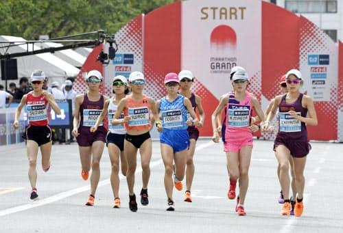 2020年東京五輪の日本代表選考レース「マラソングランドチャンピオンシップ」の女子で、一斉にスタートする選手たち(15日午前、東京・明治神宮外苑)=共同