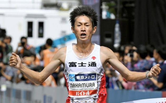MGCの男子で優勝し、2020年東京五輪の日本代表に決まった中村匠吾(15日、東京・明治神宮外苑)=共同