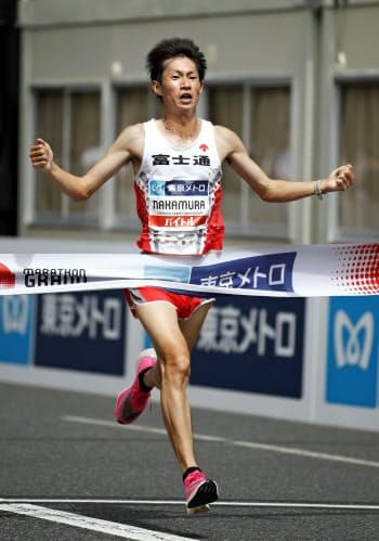 「マラソングランドチャンピオンシップ」(MGC)の男子で優勝し、2020年東京五輪の日本代表に決まった中村匠吾(15日、東京・明治神宮外苑)=共同