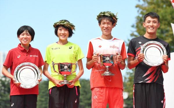 マラソングランドチャンピオンシップで東京五輪の代表に内定し、表彰式で笑顔を見せる(右から)男子2位の服部勇馬、同1位の中村匠吾、女子1位の前田穂南、同2位の鈴木亜由子(15日、東京・明治神宮外苑)
