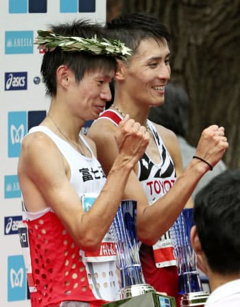 2020年東京五輪のマラソン日本代表に決まり、笑顔でポーズをとる優勝した中村匠吾(左)と2位の服部勇馬(15日、東京・明治神宮外苑)=共同