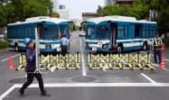 マラソングランドチャンピオンシップのコースとなった日比谷通りを警戒する警察官(15日、東京都港区)