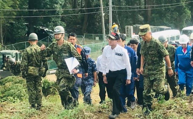 自衛隊の倒木除去作業を視察する河野太郎防衛相(15日、千葉県富里市)