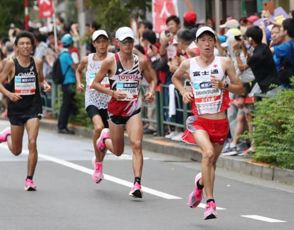 39キロ過ぎで力走する(右から)優勝の中村、2位の服部、3位の大迫=代表撮影