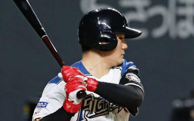 8回日本ハム1死満塁、清宮が右前に2点打を放つ(15日、札幌ドーム)=共同