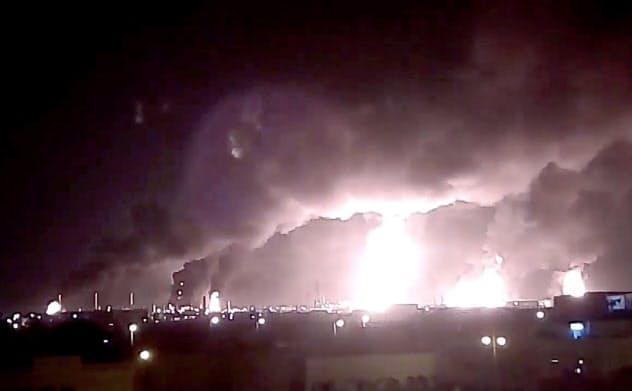 14日、火の手が上がるサウジの施設(ソーシャルメディアから)=ロイター