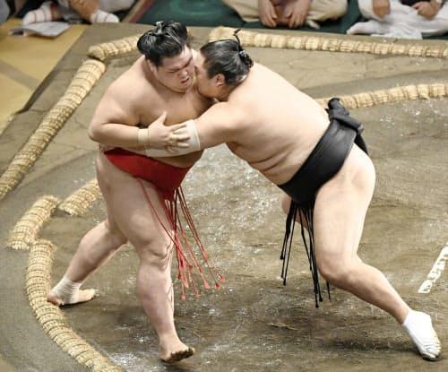 隠岐の海(右)が寄り切りで阿武咲を破る(15日、両国国技館)=共同