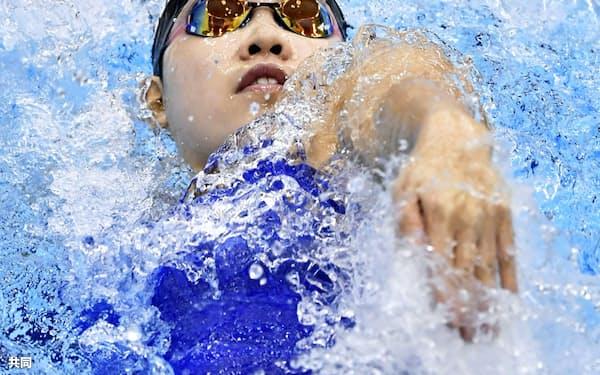 成年女子100メートル背泳ぎ決勝 59秒58で優勝した兵庫・白井璃緒(15日、山新スイミングアリーナ)=共同