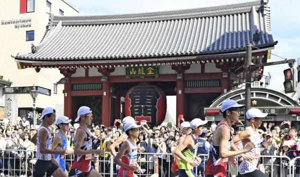 15キロ付近の東京・浅草寺の雷門前を通過する選手ら(共同)